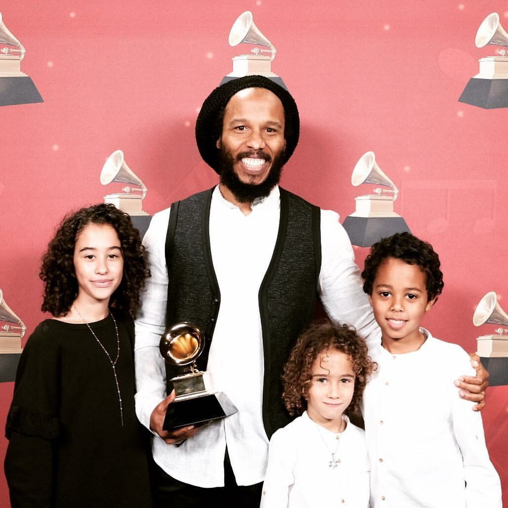 ziggy-marley-and-kids-at-59th-grammys