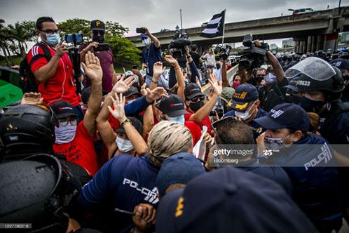puerto-rico-demonstrators-against-american-tourists