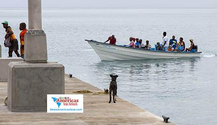 un-perro-observa-a-personas-tomar-un-bote-ida y vuelta-para-proteger-la-propiedad-en-svg