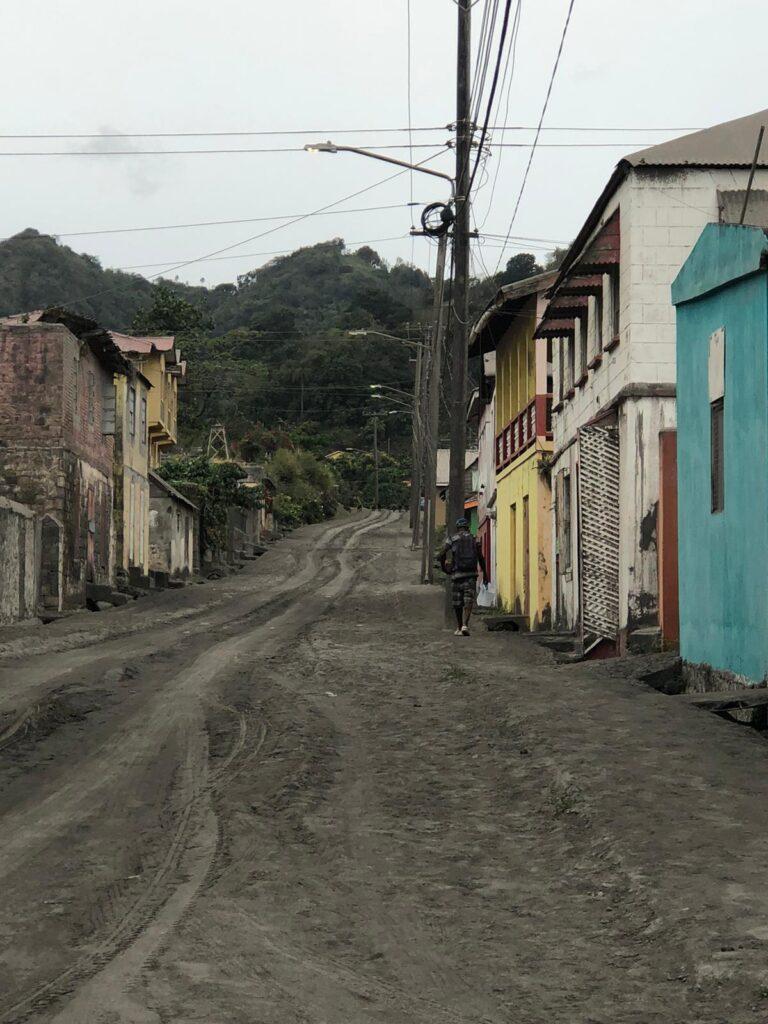 una-calle-vacía-llena-de-cenizas-castillo-belair-saint-vincent